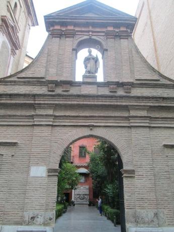 Entrada al antiguo cementerio. Virgen de las Angustias. Foto: Francisco López