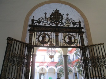 Verja de acceso al patio. Ayuntamiento de Granada. Foto: Francisco López