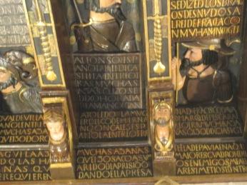 Zapatas con personajes. Textos de la cubierta. Cuadra Dorada. Casa de los Tiros. Foto: Francisco López