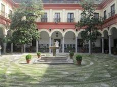 Ayuntamiento de Granada (antiguo Convento del Carmen). Patio y fuente claustral. Foto: Francisco López