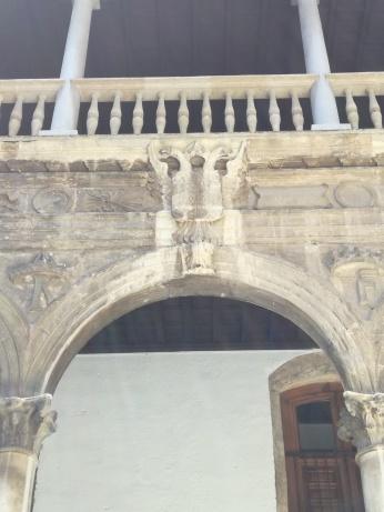 Hospital Real. F, K. Escudo de Carlos V. Granada. Foto: Francisco López