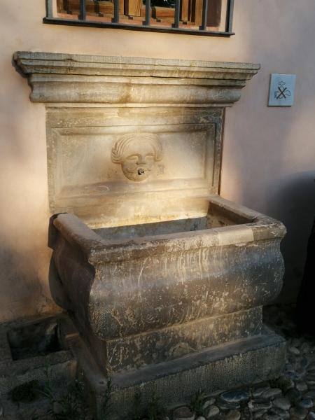 Pilar de la estafeta de Correos de la Alhambra
